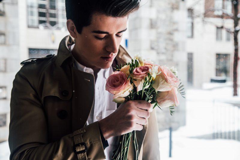 花束もつ男性