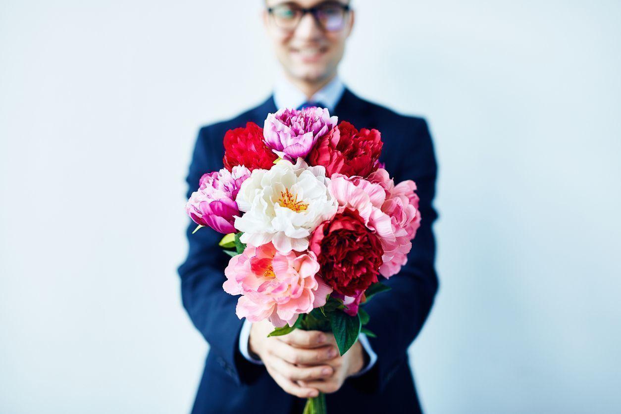 花束渡す男性
