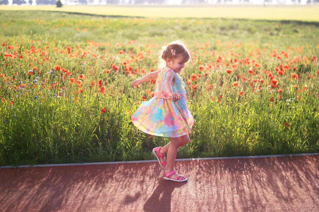 少女 お花畑いる