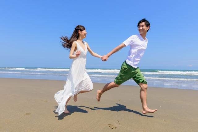 砂浜を走る男女