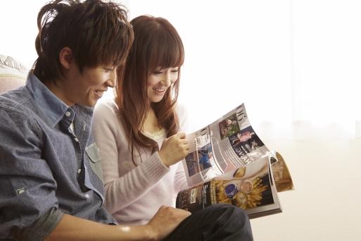 雑誌読む男女
