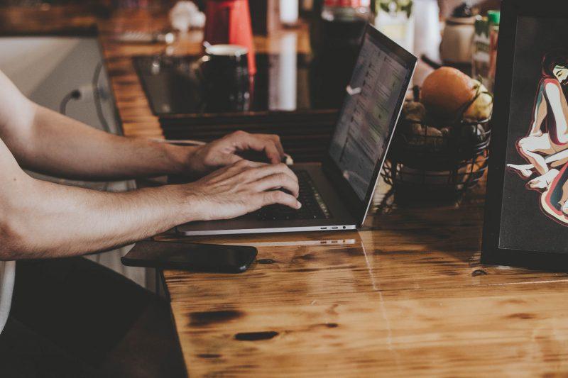 カフェでPCを操作する人