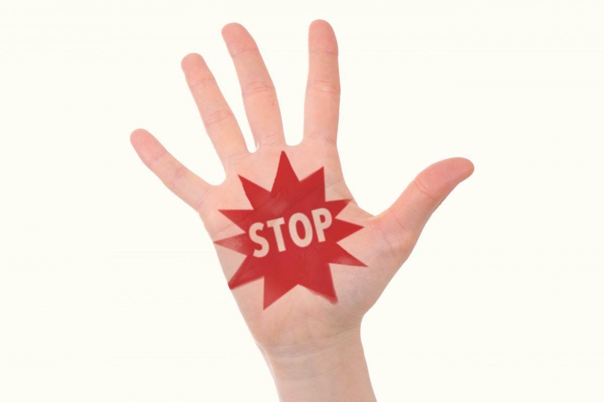 STOPと書かれた手