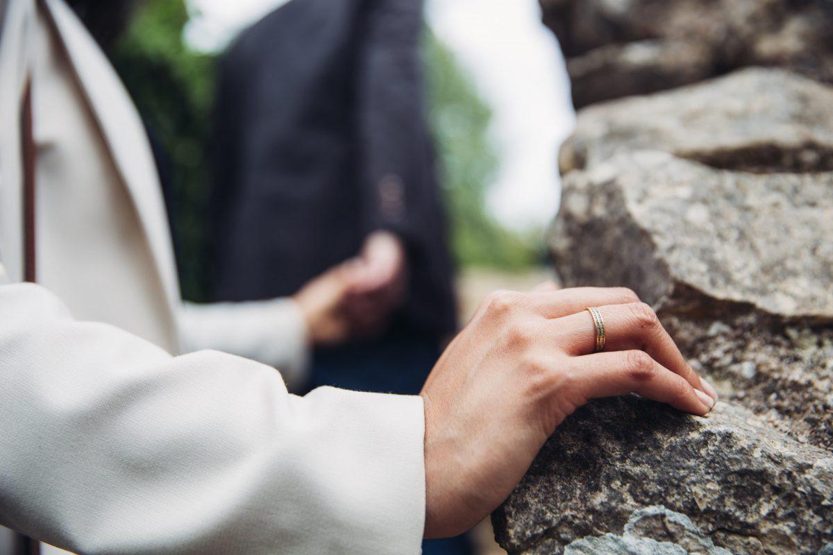 結婚指輪をした女性と男性